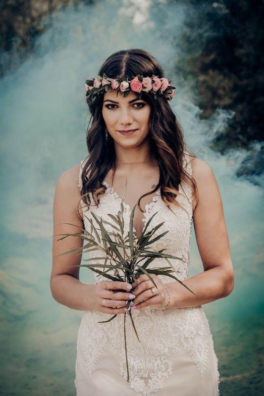 kobieta w wianku z kwiatami